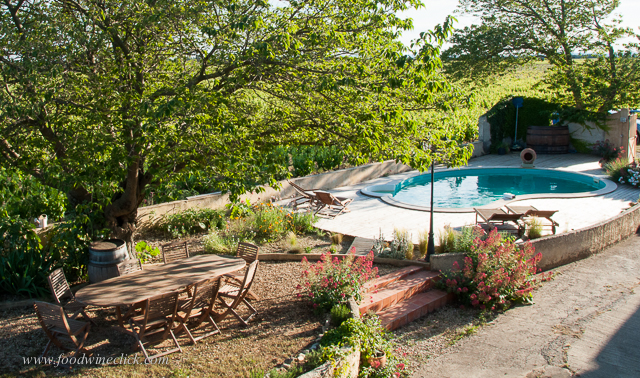 domaine rouge-bleu patio and pool