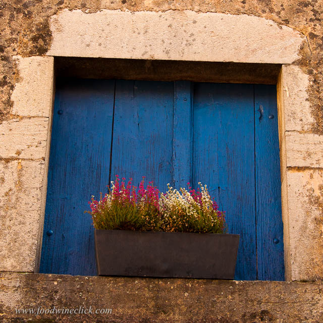 Look for the blue doors in Savigny-lès-Beaune!