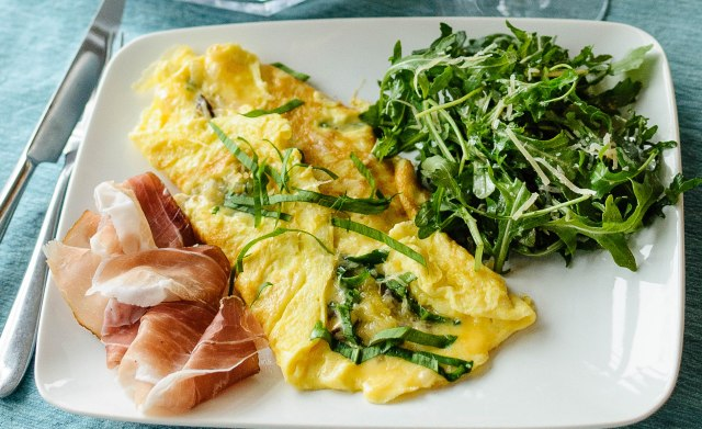 omelet with speck and arugula salad