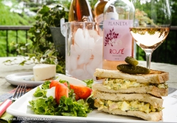 Egg salad sandwich with Planeta rosé