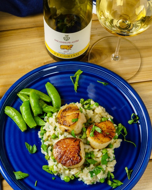 Seared scallops and risotto served with Pecorino white wine.